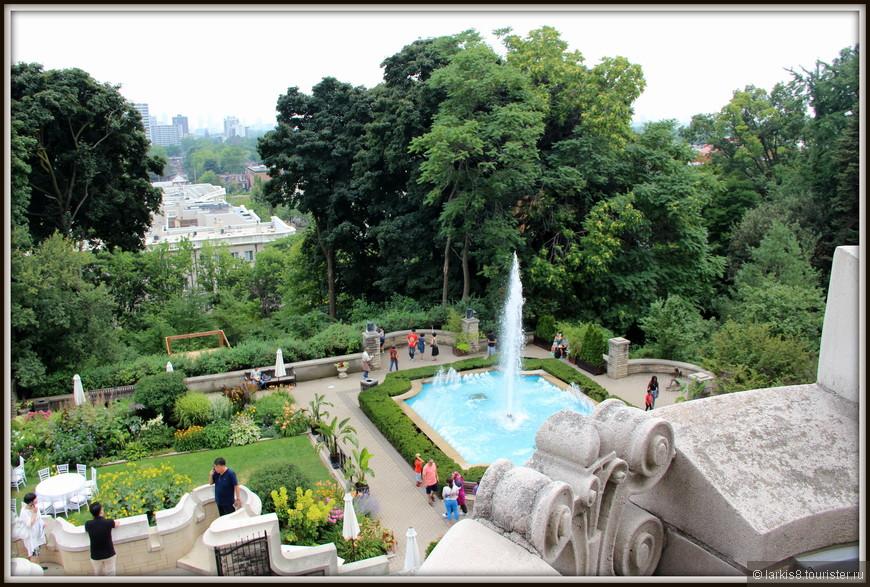 Из окна спальни открывается прекрасный вид на двор с фонтаном.
