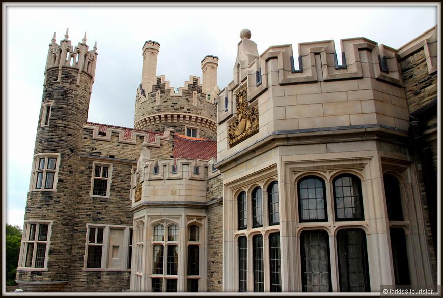 А с балкона можно полюбоваться на сам замок с башенками, на одной из которых расположена смотровая площадка.