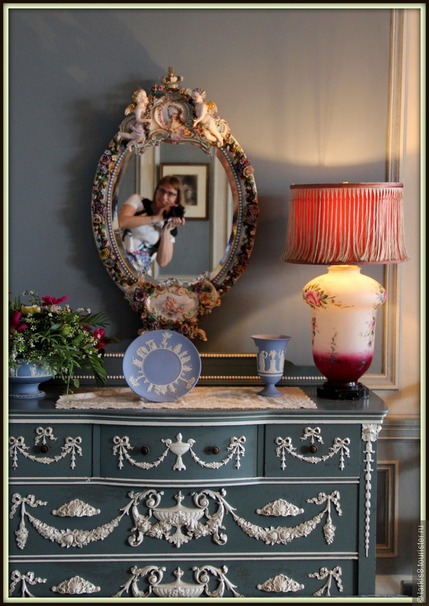 А как же мне понравился камодик с зеркалом! Хоть на память запечатлеться в его отражении…