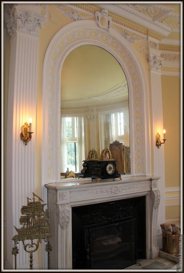 Во всех комнатах располагались камины. Например, такой изящный камин в гостиной.