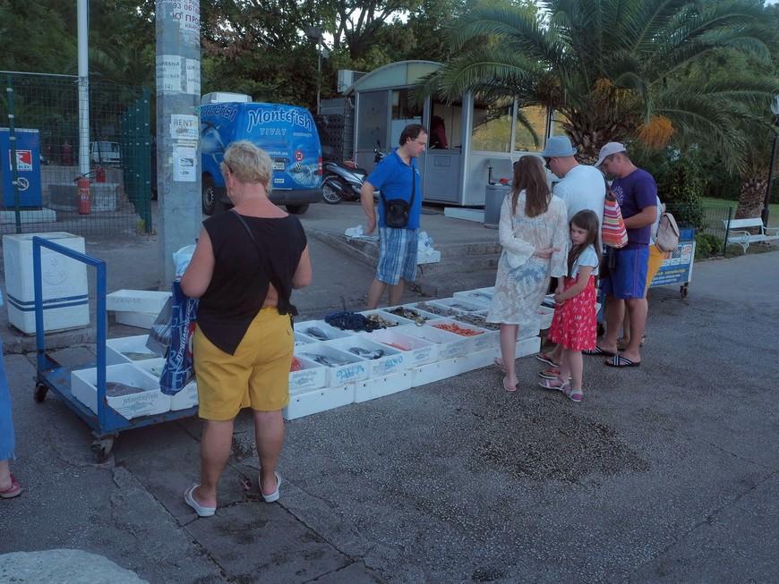 На набережной можно купить свежевыловленной рыбки и прочих морепродуктов.