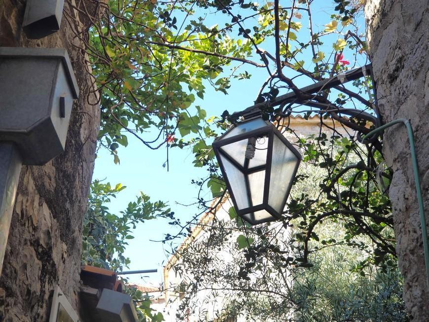 Улочки затягивают в свой древний  лабиринт, хочется бродить и бродить, но иногда иногда,поднимая глаза к небу, видишь вот такие симпатичные фонарики.