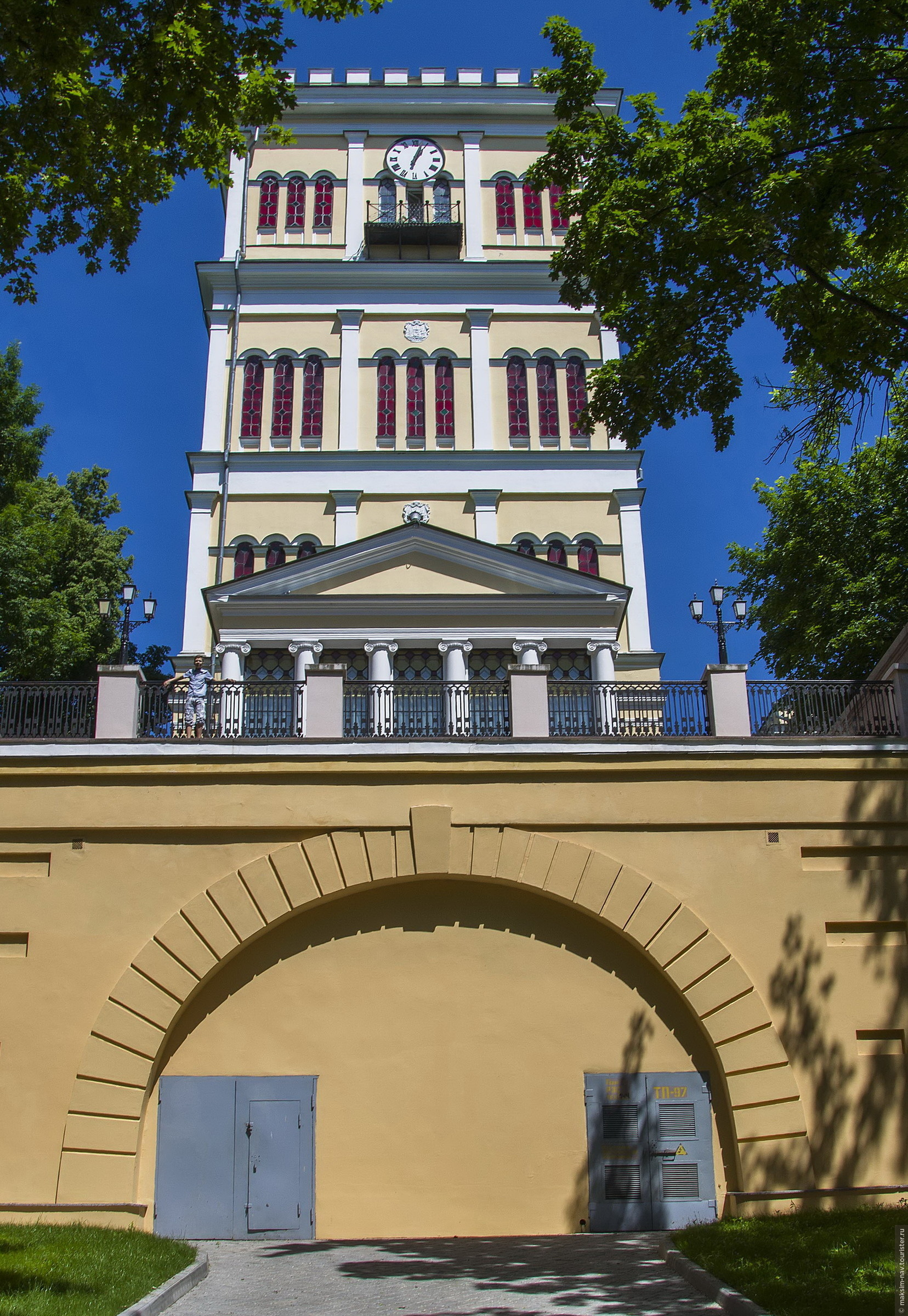 Башня дворца расположена слева от основного комплекса., Гомельский дворцово-парковый ансамбль.