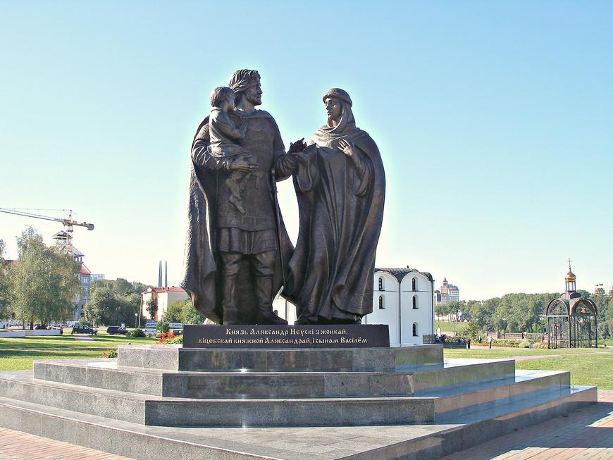 Памятник св. Александру Невскому и его семье. Невский был женат на витебской княжне.  По некоторым известиям они венчались в Витебске. Однако с гораздо большим основанием на эту роль претендует Торопец.