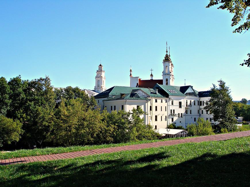 Главки ратуши и  Воскресенской церкви над старой частью Витебска.