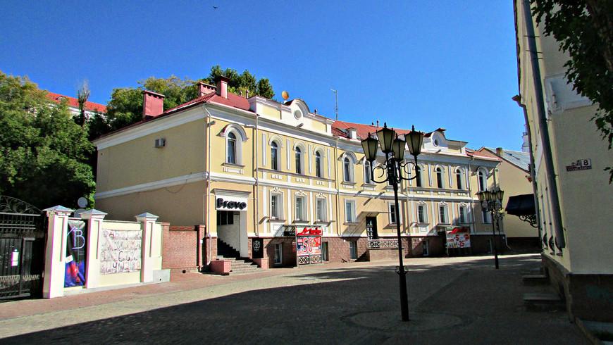 В старой части города. Вверх по улице Толстого.