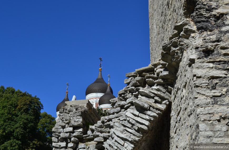 На следующий день удалось увидеть тот же храм с другой стороны. Та же прекрасная тема, но в ином контрапункте древней кладки.
