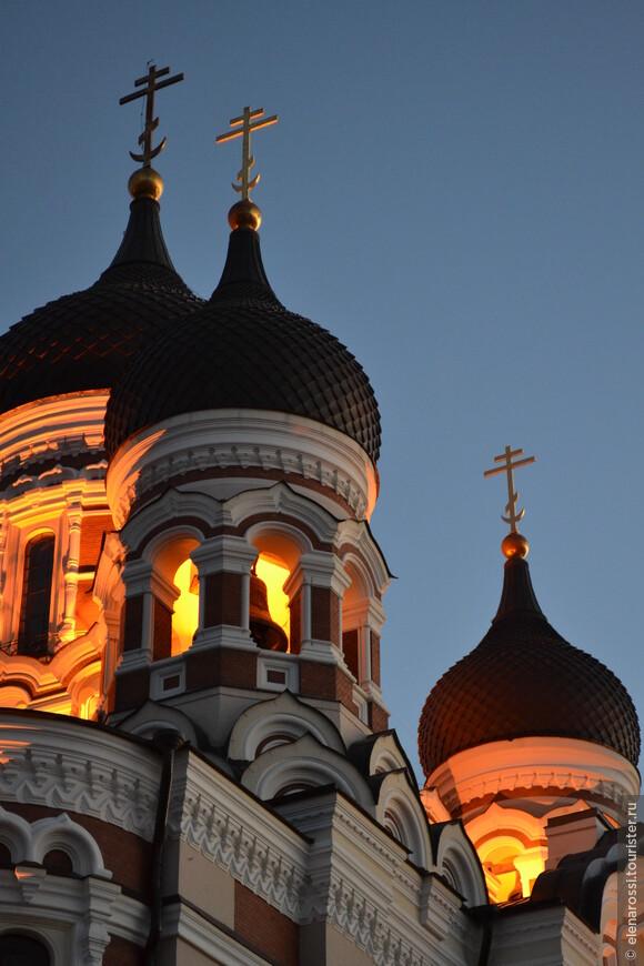 Вечером подсветки сделали купола фантастически красивыми - они словно пламенели на фоне угасающего вечернего неба.