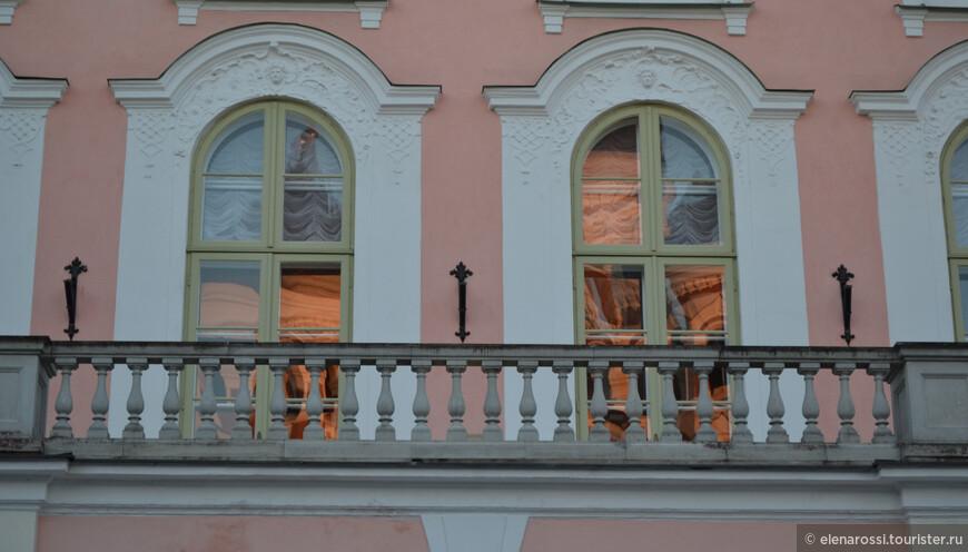 Окна здания Парламента Эстонии красиво отражают эти горящие купола.