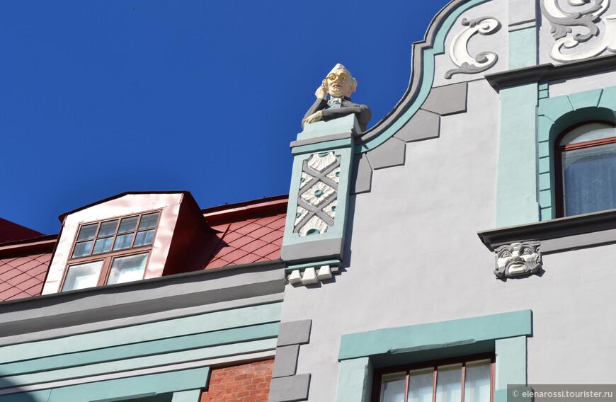 Мы все любим заглядывать в освещенные окна, пытаясь разглядеть чужую жизнь... Это даже не любопытство, а какая-то тоска по уюту, который всегда обещают освещенные окна. На крыше дома по улице Пикк 23/25 ( архитектор Жак Розенбаум), рижский скульптор Август Фольц, который занимался декором,  поместил такого вот забавного джентельмена, заглядывающего в чужие окна. Конечно, с этой скульптурой связана своя легенда (Таллинн вообще город легенд), но на самом деле, многие глядя на этого странного добряка, размышляют об одиночестве человека...