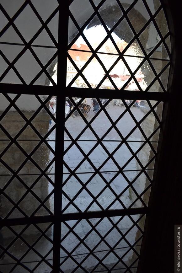 А в это окно не особенно посмотришь - оно стилизовано под старинное, из слюды... Ведь мы смотрим на Ратушную площадь из самой Ратуши!