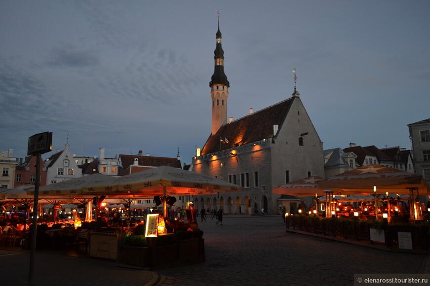 """В Таллинне легко разговаривать со Временем. Каждый вечер на Ратушной площади зажигаются свечи и люди, приехавшие в столицу Эстонии с разных концов света, пытаются почувствовать себя за вечерней трапезой """"средневековыми людьми"""". Немного наивно, немного романтично..."""