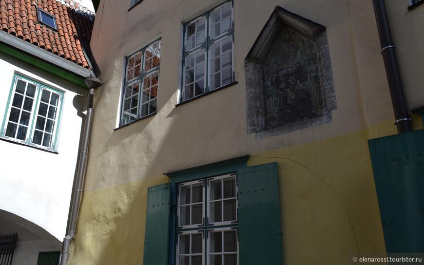 """В Старом городе плотные застройки. Некоторые окна так """"близоруки"""", что могут отражать только черепицу крыши соседнего дома."""