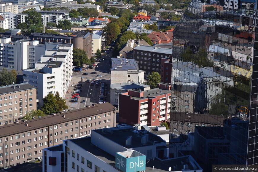 Современный город дышит глубоко, зеркальные плоскости высоток отражают объемные картины городских застроек.