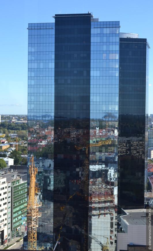 Но как легко обмануться в этом потоке времен! Вот и здесь нам кажется, что здание прозрачно и мы видим за стеной, как за окном в иной мир, знакомый город, однако это всего лишь зеркальное отражение того, что у нас за плечами!