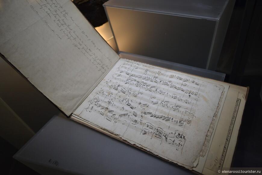 Каждое время отражает своя музыка. Я еще под впечатлением музыки Арво Пярта, а в Эстонском историческом музее лежит автограф самого Моцарта! Застывшая музыка партитуры! Словно архитектура...