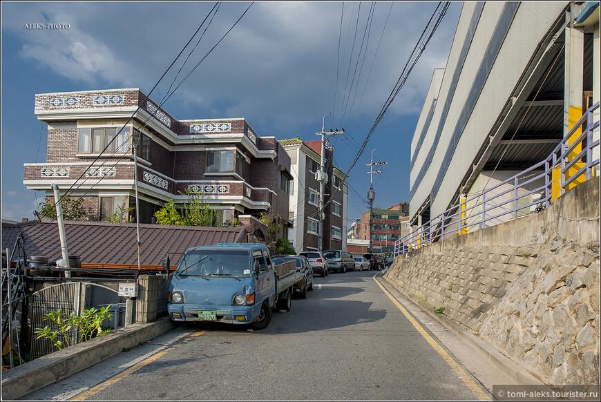 Типичная улочка корейского города. Асфальт всегда ровный и качественный. Сувон, как ни странно, почти не примечателен своей архитектурой. Наверно, огромной крепости Хвасон, занесенной в список Юнеско - уже достаточно... По пути видим разные коттеджи. Постепенно вновь поднимаемся в гору. Рельеф города достаточно гористый. Не зря ведь в Корее так много ручьев... Настало время поговорить о пресвитерианстве. Что же это такое? Ведь мы уже почти подошли к собору.