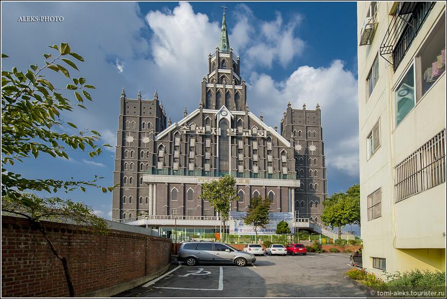 Вообще, удивительно, как многие народы Юго-Восточной Азии легко перешли с местных верований на христианство. Подобную ситуацию мы видим на Филиппинах, во Вьетнаме да и еще во многих странах. Сколько не искал в интернете историю создания конкретно этого здания, пока не нашел. В общем, мы пришли в церковь, и видя наш интерес, товарищ, сидящий на вахте, предложил подняться на смотровую площадку и посмотреть на город.