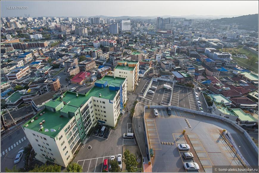 Итак, смотрим на город с высоты. Что бросается сразу в глаза в корейских городах - это аккуратность местных жителей. Все здесь продумано, хотя и довольно просто. Смотровая устроена очень удобно - обзор открывается во все стороны. Но ведь традиция таких церквей - европейская. Традиционные корейские храмы очень приземистые и смотровых на них не бывает...