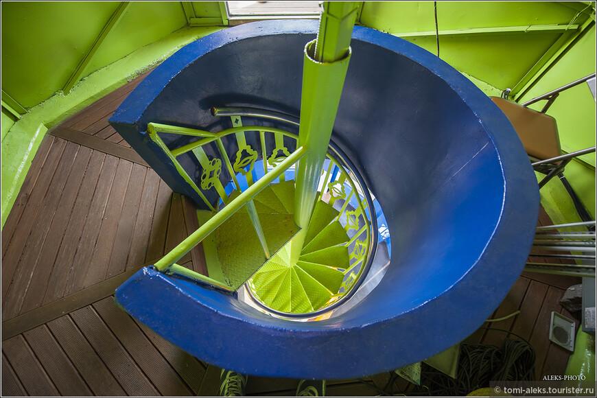 Как я уже упоминал, поднялись на смотровую мы на лифте. А вот теперь нам предложили спуститься на несколько этажей ниже иным способом и полюбоваться винтовой лестницей в довольно авангардном стиле. Мне цветовая гамма этой лестницы очень понравилась. Не часто такое увидишь. В Польше мы много раз поднимались по подобным спиралеобразным лестницам, но такой окраски не видели.
