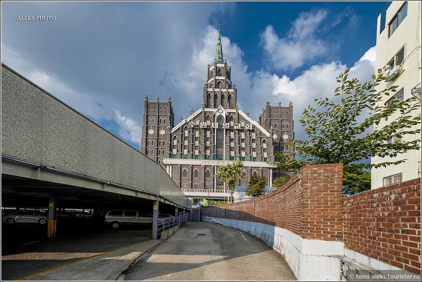 А вот и само здание, устремленное вверх. Судя по всему, оно построено в европейских традициях этой церкви. Я специально посмотрел на фото соборов в Ирландии, Шотландии. Как раз - нечто подобное, сразу прослеживаются определенные черты архитектуры. Но почему-то здесь в Южной Корее это смотрится немного странно. Но, согласитесь, красиво. Оказывается, общая численность пресвитериан во всем мире - где-то около 60 млн. Больше всего их в Шотландии, Ирландии, США, Канаде, Австралии. Ну вот, как мы видим, к этому списку можно добавить и Южную Корею.