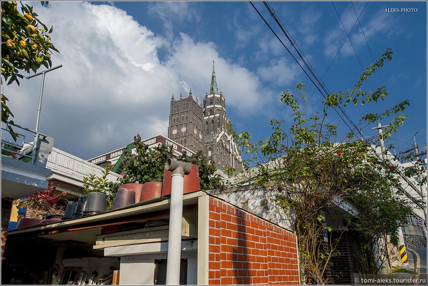 Собор,к которому мы держим путь доминирует над всем этим районом, состоящим из каких-то двух-трехэтажных коттеджей с плоскими крышами. Его видно издалека, как ориентир. Его еще именуют Первой Суонской церковью. Наверно, по размерам...