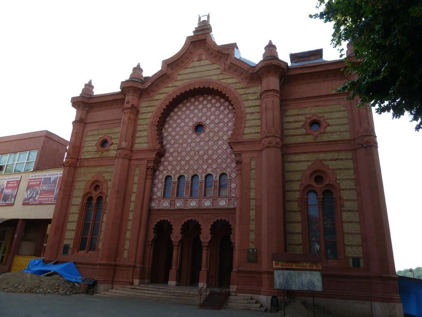 """У́жгородская ортодоксальная синаго́га — синагога ортодоксальной общины евреев-ашкеназов в неомавританском стиле, которая была открыта в 1904 году. Ныне в здании находится Закарпатская областная филармония. <noindex><noindex><a href=""""https://www.tourister.ru/go?url=https://ru.wikipedia.org/wiki/%D0%A3%D0%B6%D0%B3%D0%BE%D1%80%D0%BE%D0%B4"""" class=""""ext_link"""" target=""""_blank"""">https://ru.wikipedia.org/wiki/Ужгород</a></noindex></noindex>"""