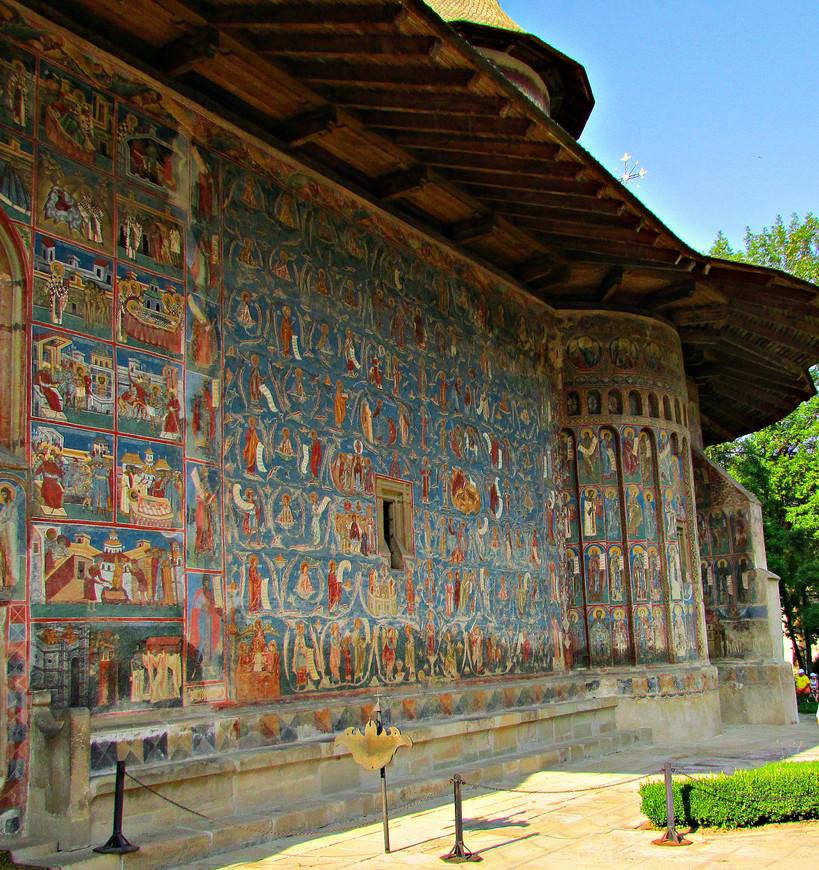 Вся церковь, внутри и снаружи, от фундамента до купола покрыта фресками. Говорят, на Буковине было принято так расписывать храмы,  но я ничего подобного больше нигде не встречал.