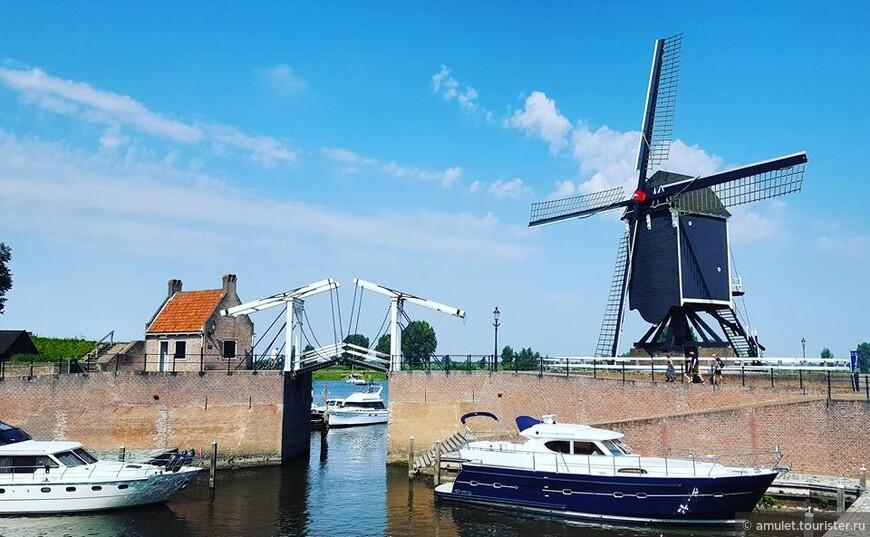городок привлекает огромное количество туристов и самих голландцев, путешествующих по воде