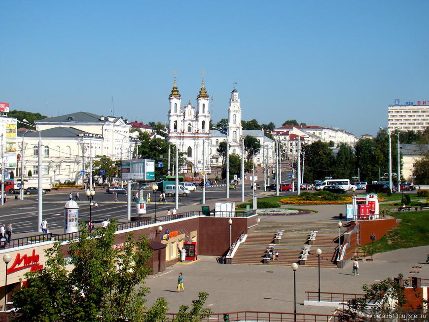 Вид со смотровой площадки рядом с летним Амфитеатром Славянский базар на Ратушу, где сейчас краеведческий музей и вновь восстановленную церковь Воскресения Христова.
