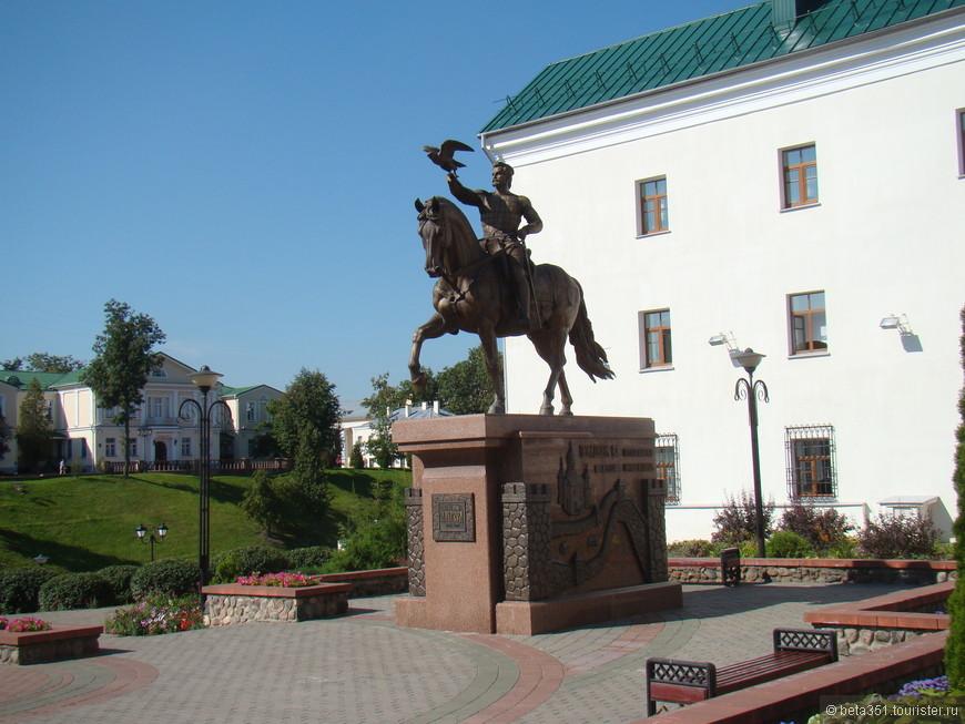 Напротив церкви Воскресения Христова поставлен памятник князю литовскому Ольгерду.