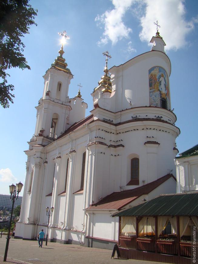 Воскресенская церковь, но со стороны Ратуши.