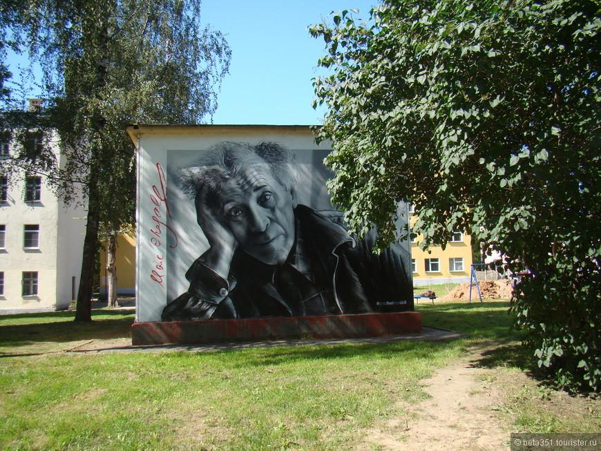 В одном из дворов на ул. Суворова грустный Марк Шагал задумался, вспомнив свой родной город в далекой Белоруссии.