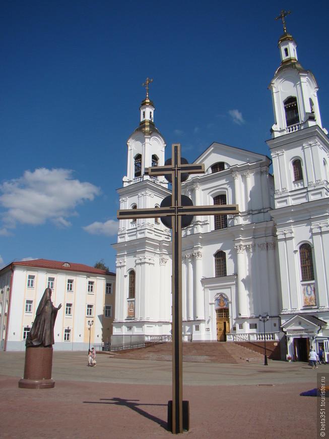 Главный собор города -  Успенский. В 1936 году разрушен. В 2011 году восстановлен. Напротив памятник патриарху Алексию второму.