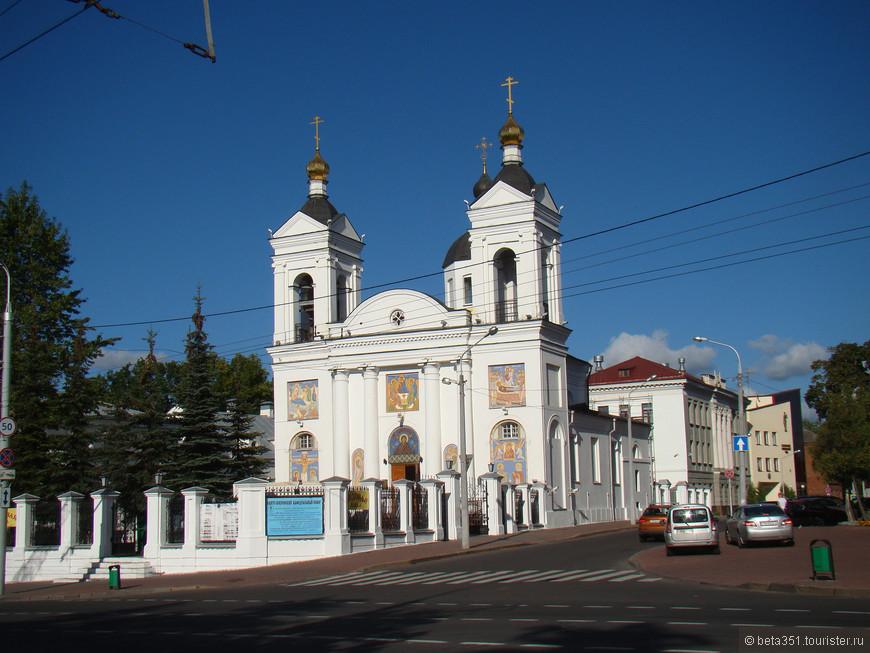 Свято-Покровский кафедральный собор, был разрушен в ВОВ и вновь восстановлен в 1989 г. Совсем недавно отреставрирован.