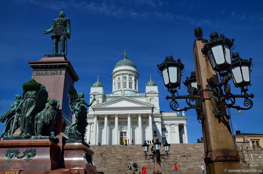 На Сенатской площади, перед собором установлен памятник Александру II. Его воздвигли в 1894 году в память о восстановлении императором Александром II финского парламентаризма. И вот что удивительно - не смотря на всю историю, когда Финляндия была частью Российской Империи, памятник продолжает стоять на своем месте... Его не снесли, не сожгли, не сдали на металлолом...