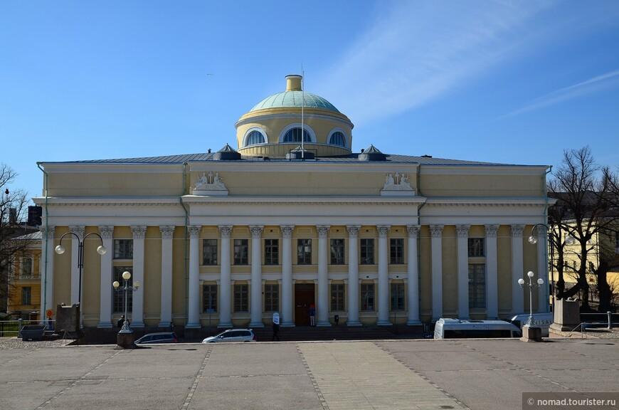 Такое симпатичное здание с колоннадой находится где-то недалеко от  Собор Святого Николая, к которому мы и отправились, чем-то перекусив...