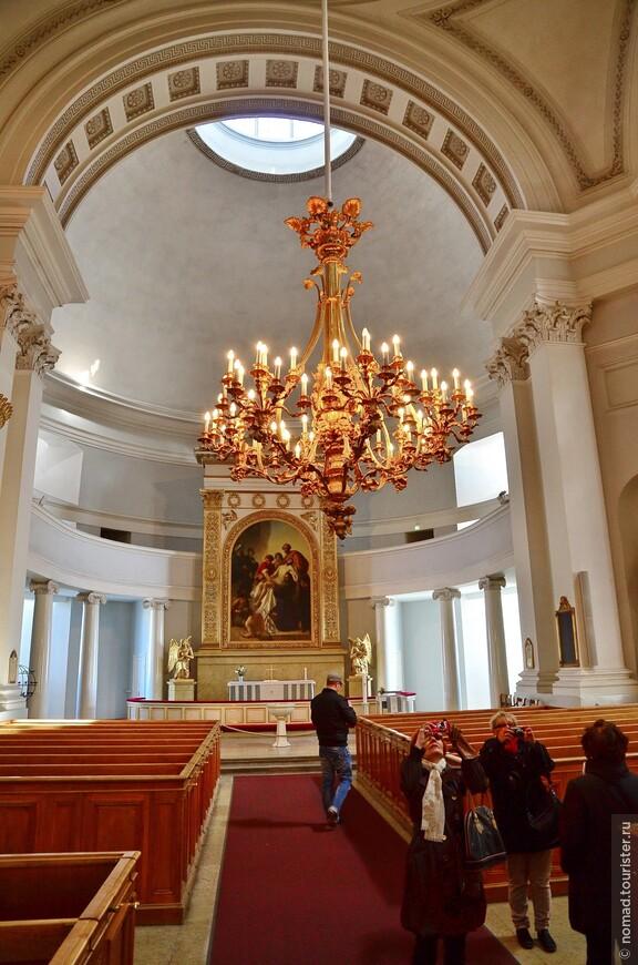 Внутри Кафедральный собор, скажем прямо, так себе...