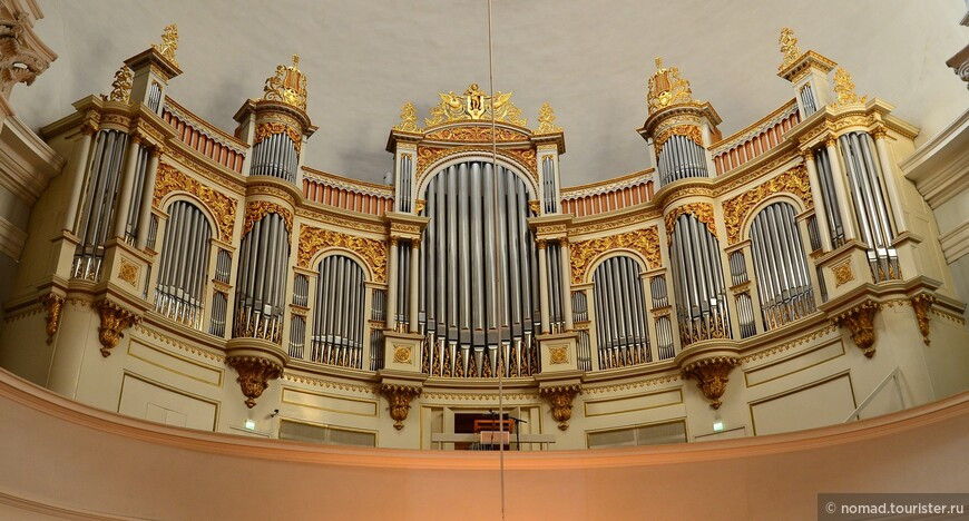 Внимание привлекает большой орган, и более ничего...