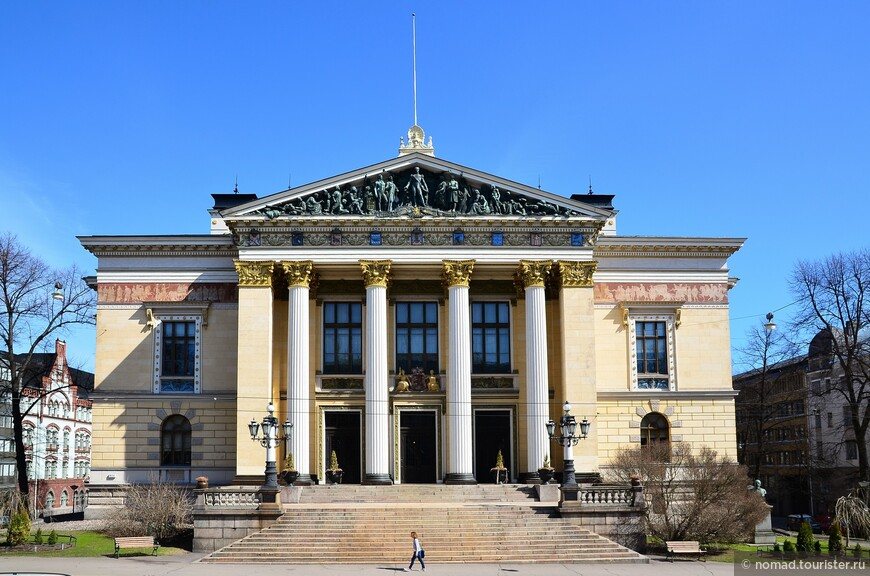 Дом сословий (Säätytalo)  в греческом стиле был построен в 1890 году Густавом Нюстрёмом. Он находится напротив здания Финляндского банка.