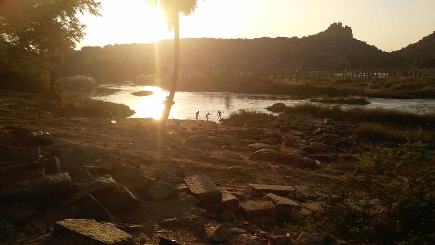 купания индусов в реке на закате