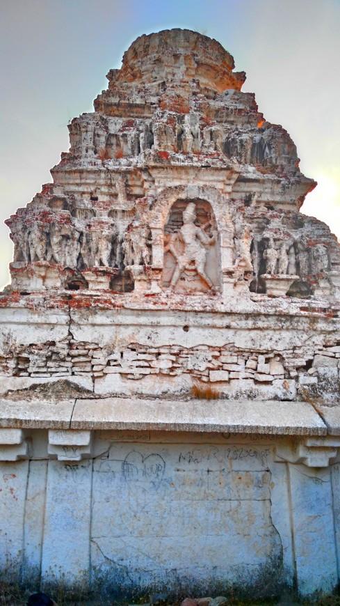 барельеф храма на горе Ханумана