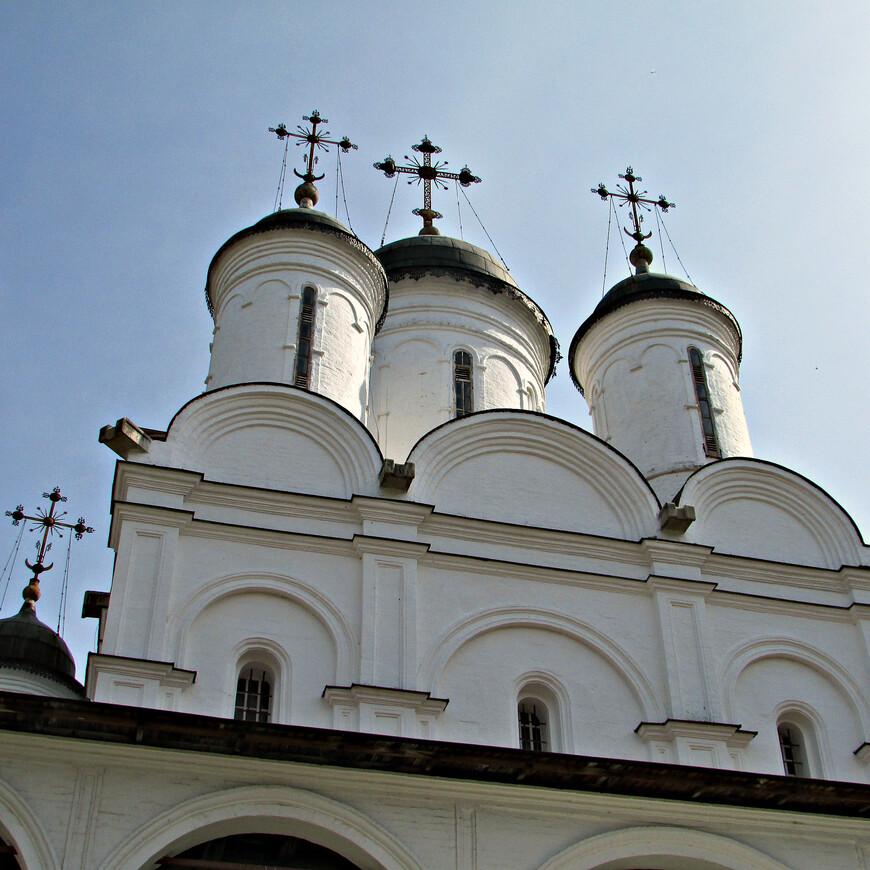 В 1584 г. царь Фёдор Иванович подарил село Вязёмы своему шурину Борису Годунову. К этому времени и относятся первые из сохранившихся до наших дней построек.