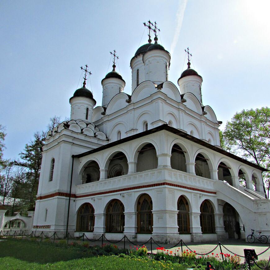 Мемориальная доска на стене храма извещает, что Спасо-Преображенская  церковь села Большие Вяземы сооружена в 1598 г. царем и великим государем Борисом Годуновым.
