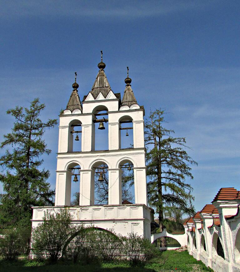 Возле храма так же  в царствование Бориса Годунова была возведена изящная двухъярусная звонница. Другие постройки XVII в. не сохранились.