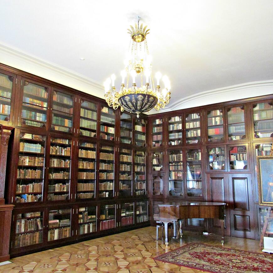 Иностранная библиотека. 11 сентября 1812 года  здесь останавливался фельдмаршал Михаил Илларионович Кутузов. На одни сутки нижний зал библиотеки стал штабом русской армии. Еще через день Вяземы были заняты войсками маршала Мюрата. В этой же комнате с 13 на 14 сентября провел ночь император Наполеон.