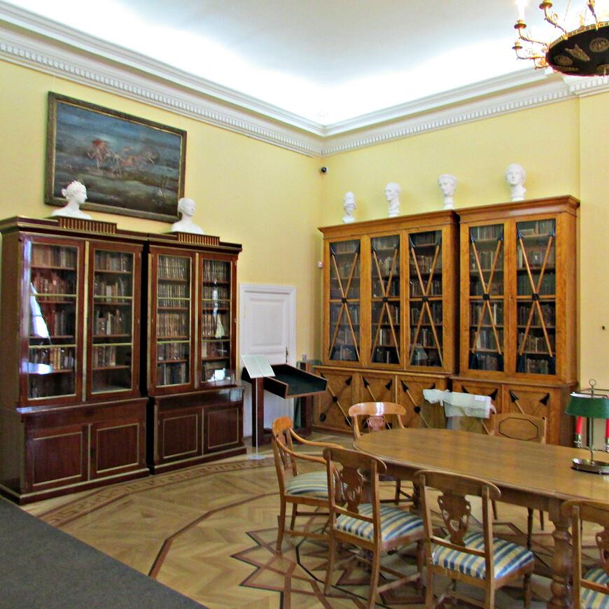 Интерьер второй (русской) библиотеки полностью воссоздан по сохранившимся гравюрам конца XVIII века.