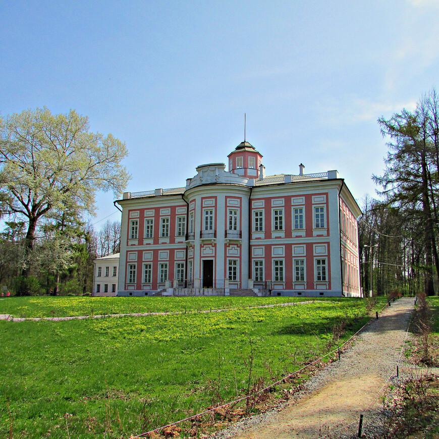 В 1694 г. царь Петр I подарил село  Большие Вязёмы своему воспитателю князю Борису Алексеевичу Голицыну. После этого Голицыны владели усадьбой вплоть до революции 1917 г.  Ныне существующий каменный господский дом (дворец) был построен в 1784 г. правнуком первого хозяина князем Николаем Михайловичем Голицыным.