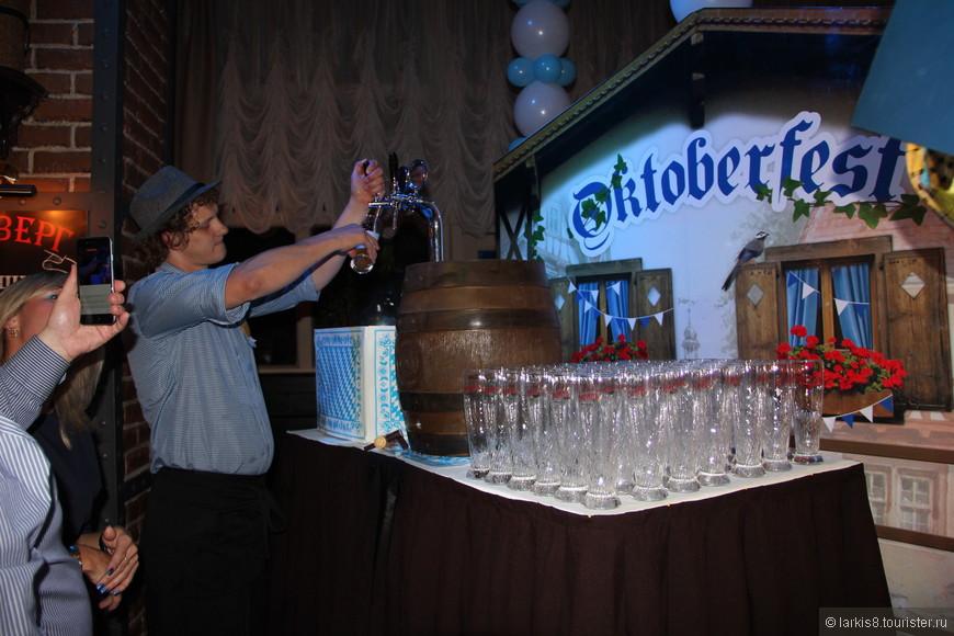И праздник официально начался! Пиво из праздничной бочки бесплатно разливали всем желающим!