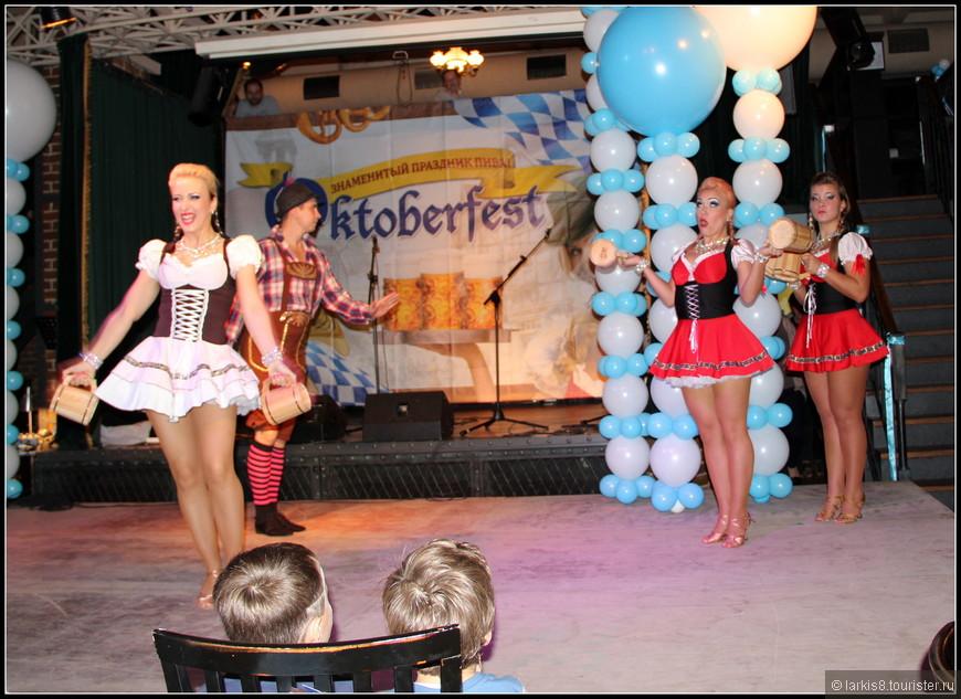 Началась концертная программа с баварских танцев!